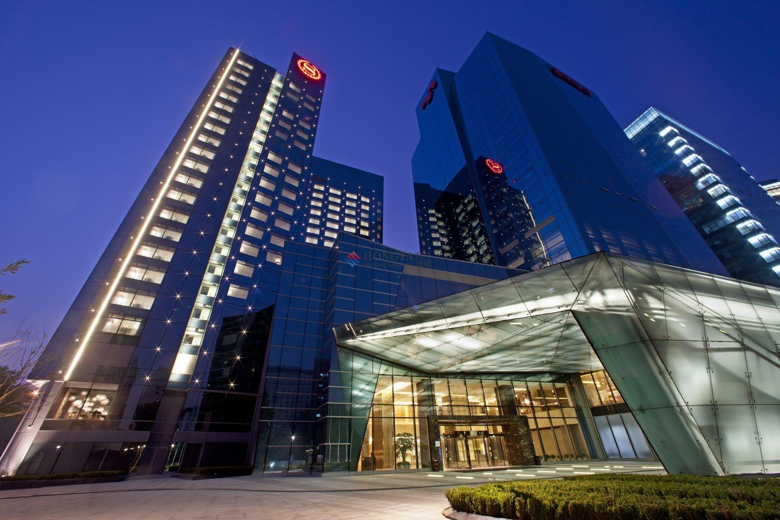 北京喜来登酒店设有441间客房的全新商务酒店位于朝阳商业区的外围,邻近北京首都国际机场,由一座办公大楼改建而成。其大堂保留原有的外露柱梁建筑,与传统的开放式设计截然不同。香港HBA合伙人Fiona Bagaman指出:此设计带来流动的元素,因为客人需穿越这具备柱梁的大堂空间才能到达酒店前台和电梯前厅。 HBA并没有将这些柱子隐藏于墙身之内,而是故意将之外露运用了折叠与展开的概念,犹如将纱线交织成布,而此概念经微调后,成为中式折扇的主题。Bagaman女士解释道。要为柱子设计细节难度极