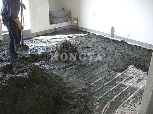 家用地暖安装示意图:混凝土铺在地暖管上